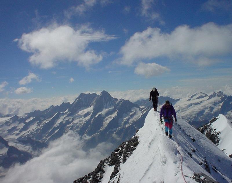 Deux alpinistes en haute montagne