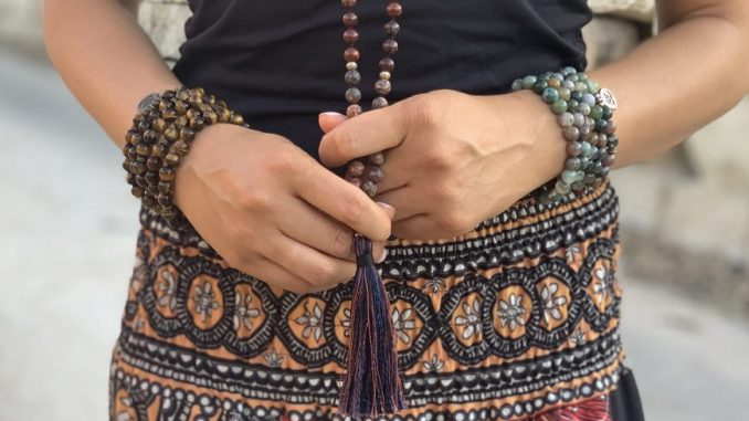 Femme avec bracelets bouddhistes
