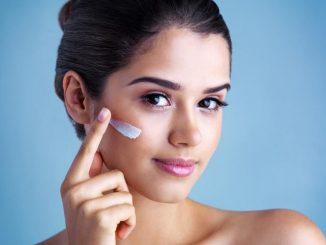 Femme avec crème sur le visage