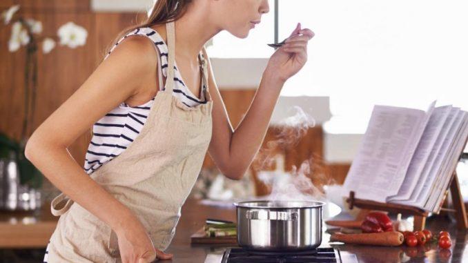 Femme en train de cuisiner.