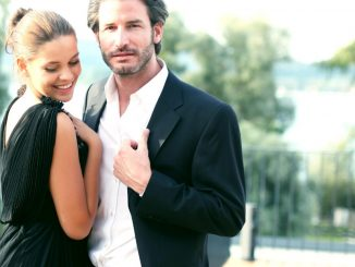 Un couple en tenue de soirée