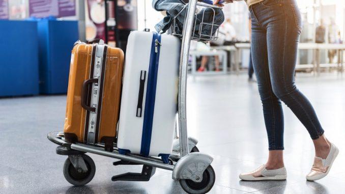 Une femme avec des valises dans un aéroport