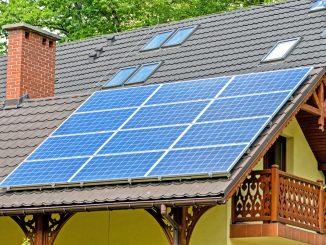 maison toit panneaux photovoltaïques cheminée