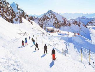 Skieurs sur une piste de ski