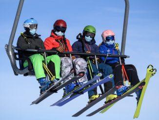 4 skieurs dans un télésiège